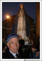 Agira: Pasqua 2005. La Festa del L'incontro, sulla piazza antistante la Chiesa del Ss Salvatore. La Madonna.  - Agira (3217 clic)