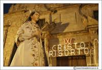 Agira: Pasqua 2005. La Festa del L'incontro. La Madonna, sullo sfondo la chiesa del Ss Salvatore. #1  - Agira (3352 clic)