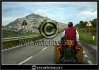 Agira. Strada da Nissoria ad Agira. Un agricoltore, ritorna a casa con il suo trattore. Sullo sfondo il monte Teja di Agira. Foto Walter Lo Cascio www.walterlocascio.it   - Agira (3717 clic)