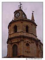Floridia: Chiesa madre in piazza del Popolo. Particolare della torre camapnaria e dell'orologioa 3 facce.  - Floridia (2206 clic)