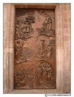 Floridia: Chiesa madre in piazza del Popolo. Portone Bronzeo con altorilievi. Entrata navata laterale sinistra.  - Floridia (2591 clic)