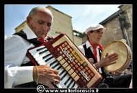 Vizzini: SAGRA DELLA RICOTTA E DEL FORMAGGIO. Edizione 2007.Suonatore di fisarmonica e di tamburello siciliano in abiti folkloristici siciliani.  - Vizzini (3741 clic)