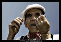 Vizzini: SAGRA DELLA RICOTTA E DEL FORMAGGIO. Edizione 2007.Suonatore di scacciapensieri, marranzano, con abiti folkloristici siciliani.  - Vizzini (3959 clic)