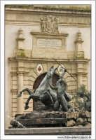 Caltanissetta. Cattedrale SantaMaria La Nova, Particolare del portone di entrata alla navata centrale e fontana del tritone.  - Caltanissetta (2677 clic)
