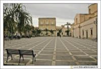 Floridia: Piazza del popolo. Spazio antistante il retro della chiesa Madre.  - Floridia (6615 clic)