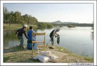 Regalbuto: Lago di pozzillo. Pescatori al lago.  - Regalbuto (11602 clic)
