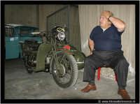 Agira, Giugno 2005.Confusione mentale. Questo signore, è appassionato di moto d'epoca.  - Agira (3600 clic)