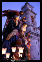 Caltanissetta. Settimana Santa a Caltanissetta. Anno 2006. Giovedi' Santo a Caltanissetta.  Processioni, gruppi sacri, maestranza, giovedi santo, Biangardi, vare, vara, Pasqua, Caltanissetta. La vara, La deposizione. Sullo sfondo la cattedrale di Caltanissetta.  - Caltanissetta (2955 clic)