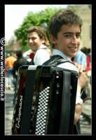 Vizzini: SAGRA DELLA RICOTTA E DEL FORMAGGIO. Edizione 2007. Ragazzo fisarmonicista con vestiti folkloristici siciliani.  - Vizzini (1648 clic)