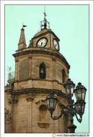 Floridia: Piazza del popolo. Particolare della torre Campanaria e dell'orologio a 3 facce.  - Floridia (3989 clic)