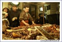 Catania: Festa di Sant'Agata. 5 Febbraio 2005: Festa della Patrona di Catania, Sant'Agata. Bancarella di torrone siciliano.  - Catania (3136 clic)