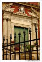 Caltanissetta. Chiesa Sant'Agata al Colelgio. Particolare della cancellata e del portone d'ingresso alla navata centrale.  - Caltanissetta (2704 clic)
