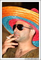 Agira, Agosto 2005. Carnevale Estivo Agirino 2005. Alessandro Valenti vestito da Messicano... si fuma una sigaretta...  - Agira (5073 clic)