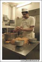 Catania: Laboratorio del Bar Gastronomia: Bar Centrale in Via Etnea. Impasto epr la preparazione delle arancine al riso e carne.  - Catania (3998 clic)