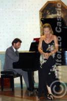 Caltanissetta: Pianista e soprano durante un'esecuzione musicale al Ristorante Tiffany, in occasione del Meeting Internazionale dei Cardiologi, tenutosi a Caltanissetta nei giorni 10 e 11 Settembre 2005. Foto 2  - Caltanissetta (1930 clic)