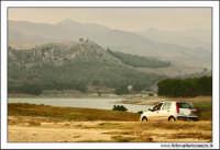 Regalbuto, Settembre 2005. Il parco del lago di pozzillo. Una fiat punto, si improvvisa in una passeggiata Fuoristrada.  - Regalbuto (3433 clic)