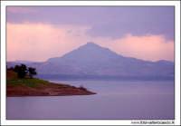 Regalbuto, Settembre 2005. Lago di pozzillo. Tramonto dopo un temporale. Sullo sfondo il monte di agira 1.  - Regalbuto (3268 clic)
