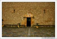 Caltanissetta. Chiesa di Santo Spirito. Particolare del portone d'ingresso.  - Caltanissetta (2874 clic)
