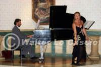 Caltanissetta: Pianista e il tenore Antonio Alecci, durante un'esecuzione musicale al Ristorante Tiffany, in occasione del Meeting Internazionale dei Cardiologi, tenutosi a Caltanissetta nei giorni 10 e 11 Settembre 2005. Foto 8  - Caltanissetta (3236 clic)