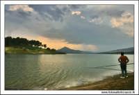 Regalbuto, Settembre 2005. Lago di pozzillo. Tramonto dopo un temporale. Sullo sfondo il monte di agira . Pescatore solitario 2.  - Regalbuto (3754 clic)