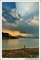 Regalbuto, Settembre 2005. Lago di pozzillo. Tramonto dopo un temporale. Sullo sfondo il monte di agira . Pescatore solitario 3.  - Regalbuto (4505 clic)
