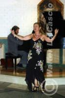 Caltanissetta: Pianista e la soprano, durante un'esecuzione musicale al Ristorante Tiffany, in occasione del Meeting Internazionale dei Cardiologi, tenutosi a Caltanissetta nei giorni 10 e 11 Settembre 2005. Foto 10  - Caltanissetta (2468 clic)
