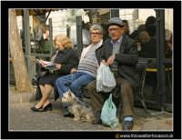 Catania: Anziani seduti in una panchina della Via Etnea.  - Catania (3722 clic)