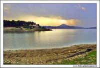 Regalbuto, Settembre 2005. Lago di pozzillo. Tramonto dopo un temporale. Sullo sfondo il monte di agira .   - Regalbuto (4527 clic)