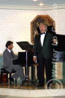 Caltanissetta: Pianista e il tenore Antonio Alecci, durante un'esecuzione musicale al Ristorante Tiffany, in occasione del Meeting Internazionale dei Cardiologi, tenutosi a Caltanissetta nei giorni 10 e 11 Settembre 2005. Foto 12  - Caltanissetta (1860 clic)