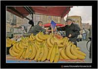 Catania: A fera u luni. Bancarella di frutta e verdura. Pagamento delle banane.  - Catania (2842 clic)