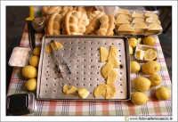 Caltanissetta: Le panelle. Frittelle tipiche della zona di Palermo, molto diffuse pure a Caltanissetta. Si tratta di un impasto a base di farina di ceci fritta e condita con sale, pepe e volendo anche limone. Si mangiano imbottite nelle mafalde.  - Caltanissetta (6401 clic)