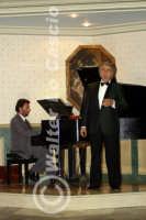 Caltanissetta: Pianista e il tenore Antonio Alecci, durante un'esecuzione musicale al Ristorante Tiffany, in occasione del Meeting Internazionale dei Cardiologi, tenutosi a Caltanissetta nei giorni 10 e 11 Settembre 2005. Foto 13  - Caltanissetta (3187 clic)