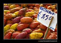 Catania: A fera u luni. Bancarella con fico d'india (bastarduni), o ficudinia.  - Catania (11289 clic)
