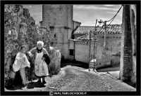 Agira. Quartiere Santa Maria. Una povera vecchietta, sale una stradina aiutandosi con il suo bastone. La sua nipotina, aspetta che la nonna si riposa. www.walterlocascio.it Walter Lo Cascio  - Agira (3759 clic)