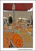 Catania: A fera u luni. Bancarella di frutta secca, ossia A calia e a simenza. (noccioline, nuciddri, mandorle brasiliane, ceci, ciciri, cotognata, faviani, mostarda, luppini, luppina)  - Catania (4125 clic)