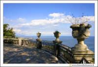 Acireale: Villa Belvedere. La villa, si affaccia con una terrazza, sul mar jonio. PArticolare della terrazza.  - Acireale (6300 clic)