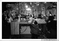 Caltanissetta: Settimana Santa. Mercoledì Santo a Caltanissetta. Bancarella di Calia e simenza e giocattoli. Un bambino cerca di afferrare uno dei giocattoli appesi.  - Caltanissetta (3011 clic)