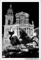 Caltanissetta: Pizza garibaldi. Fontana del tritone e Chiesa di San Sebastiano Foto 4 bianco e nero.  - Caltanissetta (2873 clic)