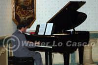 Caltanissetta: Pianista, durante un'esecuzione musicale al Ristorante Tiffany, in occasione del Meeting Internazionale dei Cardiologi, tenutosi a Caltanissetta nei giorni 10 e 11 Settembre 2005. Foto 28  - Caltanissetta (3277 clic)