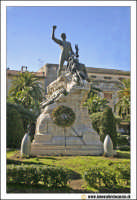 Acireale: Corso Umberto. Statua dedicata ai Caduti in Guerra.  - Acireale (1967 clic)