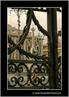 Catania: Piazza Duomo. L'elefantino (U liotru) visto da dietro il cancello del Duomo.  - Catania (2266 clic)