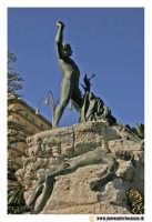 Acireale: Corso Umberto. Statua dedicata ai Caduti in Guerra. Lato sinistro.  - Acireale (1947 clic)