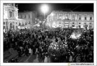 Caltanissetta: Settimana Santa. Giovedì Santo. Folla in Piazza Garibaldi per i preparativi della pro