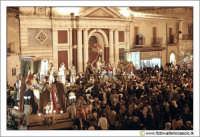 Caltanissetta: Settimana Santa. Giovedì Santo. Folla in Piazza Garibaldi per i preparativi della processione delle Vare. Davanti al chiesa di San Sebastiano.  - Caltanissetta (3325 clic)