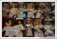 Cerda: Vendesi bambole a 10 euro. Fiera della sagra del Carciofo a Cerda. Bancarella.  - Cerda (3465 clic)