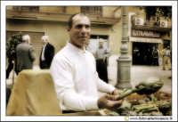 Cerda: Sagra del Carciofo 25 Aprile 2005. Venditore di carciofi alla fiera di Cerda.  - Cerda (6813 clic)