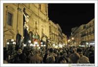 Caltanissetta: Settimana Santa. Giovedì Santo. Folla in Piazza Garibaldi per i preparativi della processione delle Vare. Davanti la Cattedrale Santa Maria La Nova.  - Caltanissetta (3356 clic)