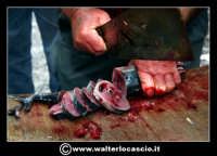 Catania: Pesce fresco al mercato. La Pescheria e' l'antico mercato del pesce della citta' di Catania ed e' inserito nel percorso turistico per il contenuto di folklore che si respira passando fra i banchi dei pescivendoli.   - Catania (3973 clic)