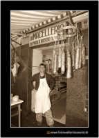 Catania: A fera u luni. Macelleria. Salsicce e salamini appesi.  - Catania (2320 clic)