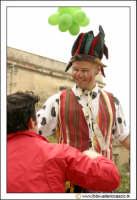Cerda: Sagra del Carciofo 25 Aprile 2005. Giocoliere sui trampoli che balla.  - Cerda (3146 clic)